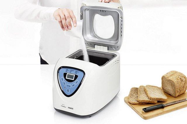 Aggiunta ingredienti nella macchina del pane